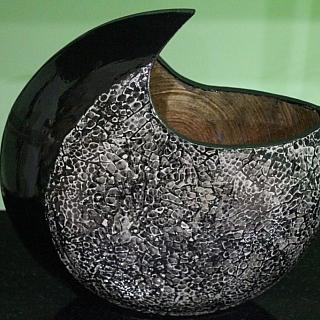 Ваза лакирана дизайнерска форма с рог LVQ022