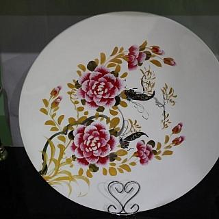 Рисувана  лакирана чиния 45 см бяла с цветя-LP318D