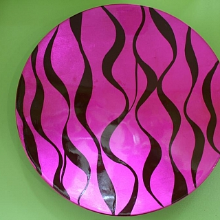 Ръчно изработена  кръгла чиния от лаково дърво розово с черно-LP169H.Диаметър 30см