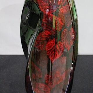 Ваза от лакирано дърво черна с червено листо-LV199.Височина 42 см
