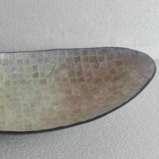 Овална купа от лаково дърво инкрустирана със седеф