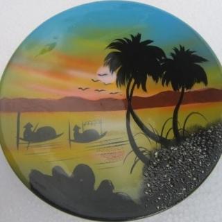 Ръчно изработена ,рисувана кръгла чиния от лаково дърво(с палми). Размер 20 см.