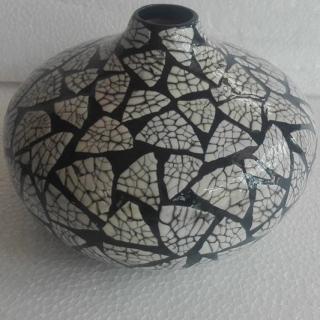 Ръчно изработена ваза от лаково дърво.