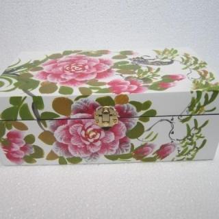 Ръчно изработена кутия за бижута.Материал лаково дърво