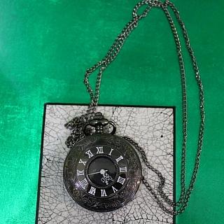Колие кварцов часовник с големи римски цифри.