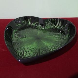 Ръчно изработена сувенирна чиния от лаково дърво сърце 20 x 17 x 3 cm.