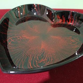 Ръчно изработена ;лакирана чиния сърце-червена
